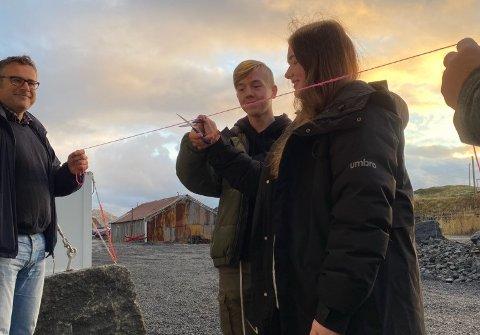 Theodor og Emma i elevrådet klipper i snoren som gjør at brakkene er innflytningsklare. Fungerende rådmann Knut Erik Dahlmo til venstre.