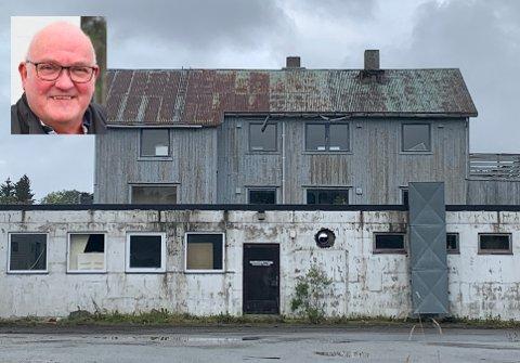 Åge M. Hansen (innfelt) eier Lofotveggen Eiendom AS, som eier Storgata 74 på Leknes, kjent som Olav Wiik-gården eller Basement-bygget.
