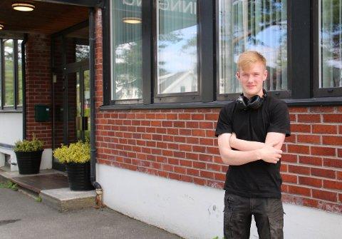 JOBB: Bjørn Oddvar Omland hadde sommerjobb hos Berry Alloc i fjor og drev med malearbeid, rydding og vedlikehold.