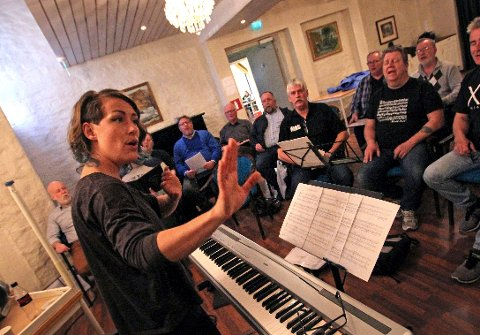 "KOR: Dyveke Kuløy er dirigent for Mannskoret MAS. De arrangerer grunnkurset ""pike, vin og sang"" for nye sangere."