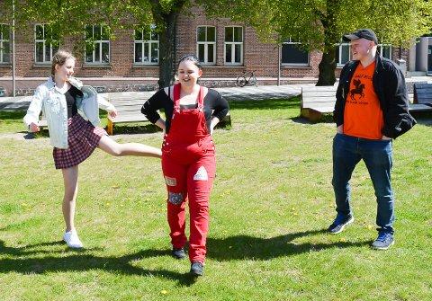 SLAPP SEG LØS: Tirsdag var det første skoledag på Kirkeparken videregående skole etter korona-nedstengningen. 3VG-elevene Sofie Thelin (fra venstre), Linn Cecilie Dahl og Theo Viken sprudlet over å få være tilbake. Sveip for neste bilde.