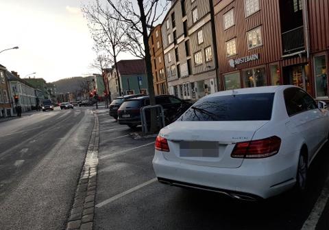 Denne bilen var en av mange som fikk parkeringsbot i Fjordgata.