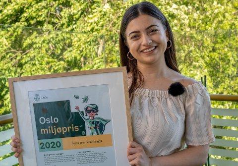 DIPLOM: Her har Aslihan nettopp mottatt prisen for årets grønne innbygger.