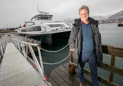 FORNØYD: - Det er mer plass, bedre komfort og rett og slett en bedre reiseopplevels, sier fylkesråd for samferdsel og miljø, Ivar B. Prestbakmo.