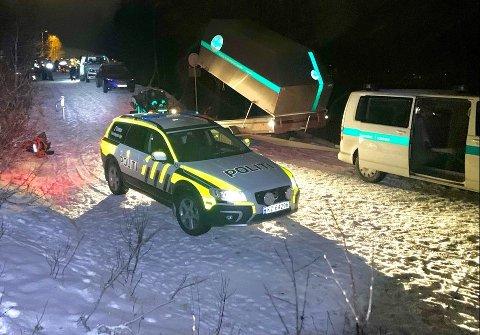SØK: Her er politiet og redningsmannskapet innerst i Turistvegen i Tromsdalen.