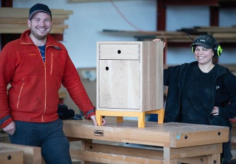 I MÅL: Joran Jacobsen (37) havnet litt tilfeldig hos Tromsø-bedriften Ekte. Nå har hun kommet i mål med drømmen sin om fagprøve som møbelsnekker. Jonas Andreassen fra opplæringskontoret Byggopp inspiserer svenneprøven.
