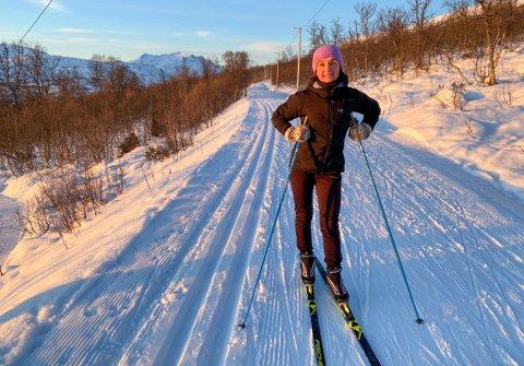 På Kvaløya er det ny kilometervis med nytråkkede skispor - og strålende solskinn. det vet Sissel Rognli å sette pris på. Foto: Eskil Mehren