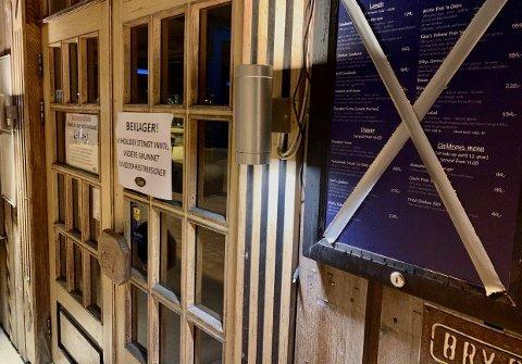 Kryss over menyen og skilt på døra forteller at her er det nå stengt. Igjen. Foto: Stian Saur