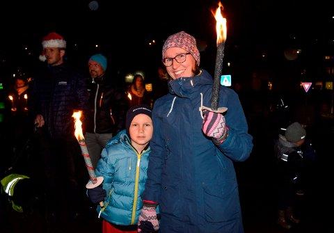- Julegateåpningen er en koselig tradisjon, sier Anette Viermyr og sønnen Timian (8).