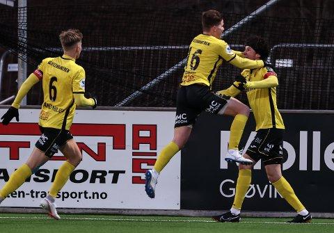 Matias Belli Moldskred har gjort 1-0 og tiljubles av Emil Breivik (16) og Snorre Strand Nilsen (6).