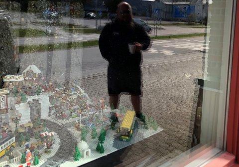 VINDUSUTSTILLING: Legoutstillingen som ble stjålet tilhørte, Asle Mostue Haugom, som vises i speilbildet.