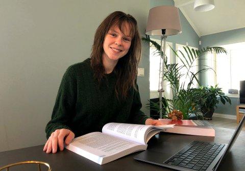 HJEMMEKONTOR: I løpet av det første studieåret har det være mye hjemmekontor på Ingrid Elise Klosbøle Kolstad (20). Hun er nå veldig glad for at det blir oppretta et eget campus i hjemkommunen som studenter kan benytte seg av når de tar med studiet hjem.