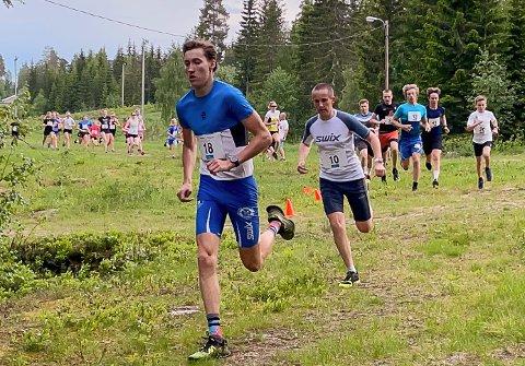 I TET: Lars Petter Frydenlund ledet fra start til mål i tirsdagens løp i GT-karusellen på Raufoss. Her følges han nærmest av Daniel Egedius.