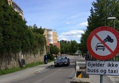 ARROGANTE BILISTER: Kommunen er flinke til å bøtelegge feilparkeringer, men politiet har hatt lite kontroller for å ta bilene som kjører i forbudte soner. – Det er en uting for oss som bor i Kolbotn Sentrum, mener Svein Ernst Gerhardsen.