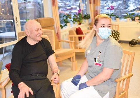 Sykepleier Stine Solberg Andersen (38) vaksinerte John Arne Rossholt (84) som den første i Vestby
