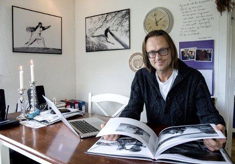 Kjøkkenbordet er blitt arbeidsplassen for Torgeir Wittersø Skancke etter at MIkkel døde. Her med den ferdige boka om laksefiske i Altaelva. Foto: Kjersti Bache