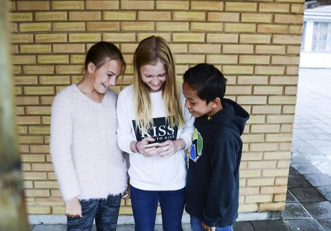 Har smarttelefon:  Elvene på Sky skole har alle smarttelefoner, men får ikke bruke dem i skoletida. Fra venstre: Silje Larsen Otterdal (12), Marlene Hansen (11) og Danny To (12). Foto: Siw Nakken