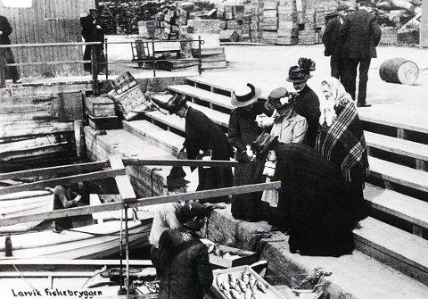 Makrellen har meldt sin ankomst, og byens fiskere og fruer møtes til livlig handel ved fiskebrygga.