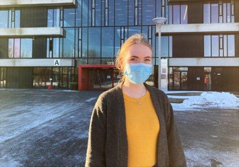 GRUER SEG: Selv om Hedda Vrangsund Mikalsen (19) gleder seg til å få normal undervisning igjen er hun skeptisk til at dette skal skje så fort. Hun er redd for at smitten vil spre seg fort når alle elevene ved THVGS skal tilbake igjen samtidig.