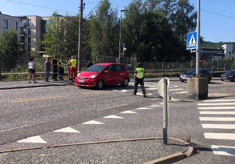 PÅKJØRT: Her ble en fotgjenger påkjørt mandag formiddag. Ingen av bilene på bildet var involvert i hendelsen.