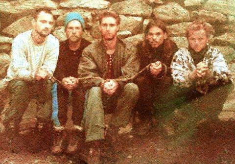 TATT TIL FANGE: Fem vestlige turister ble tatt til fange av en islamsk geriljagruppe i Kashmir i India i 1995, blant dem Hans Christian Ostrø (til høyre på bildet). Bildet ble tatt 12. juli 1995 og offentliggjort av gisseltakerne. Fra venstre Dirk Hasert fra Tyskland, Donald Hutchings fra USA, Keith Mangan fra Storbritannia, Paul Wells fra Storbritannia og Hans Christian Ostrø fra Norge. (Foto AFP)