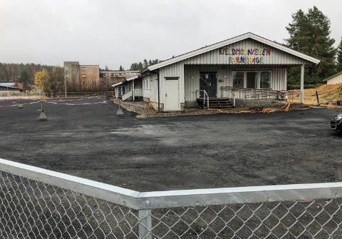 SKAL RIVES: Tidligere Fjeldmoravegen barnehage, med sjukehusparkeringen til venstre og Fjeldsetlia Park i bakgrunnen.