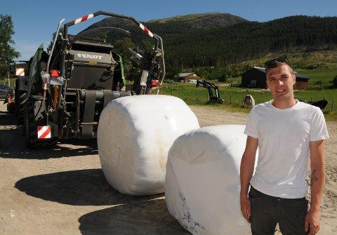 LANDBRUKSENTREPRENØR: - Med denne rundballepressa kan kunden velge størrelsen på rundballen fra 70 centimeter i diameter og helt opp til 1,60 meter i diameter, sier Jo Emil Hansen. Den bakerste rundballen er på 1,60 meter i i diameter, mens den fremste har en diamter på 1,25.