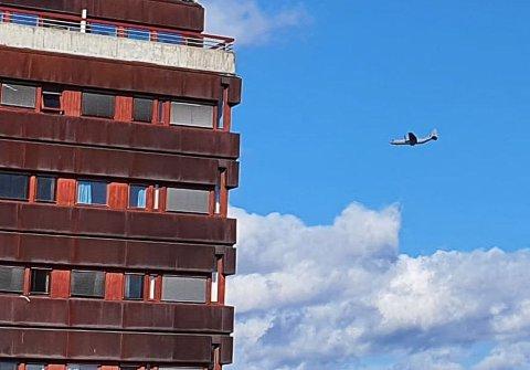 FLY OVER BYEN: Trine Økseter Knudsen fra Tynset fanget dette øyeblikksbildet av et Hercules-fly og Rådhuset på Tynset, og postet det på sin facebookside.