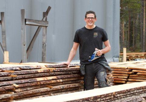 LÆRTE AV BESTEFAR: Chris Roth (27) fra Frankrike har bodd og jobbet i Os i snart to år. Han liker å jobbe med tre, siden det er et levende materiale. Bestefaren var møbelsnekker.