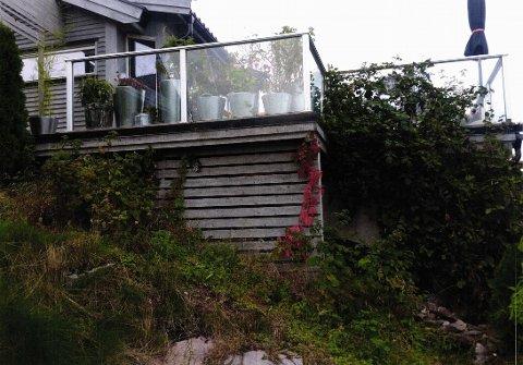 Naboen krever at denne terrassen rives, da den ligger for nærme felles tomtegrense.
