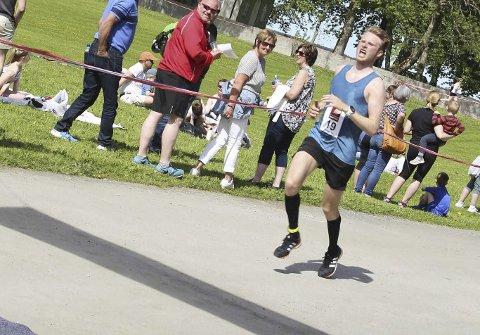 SUVEREN: Emil Sorsell vant maraton med over en halvtime, selv om han følte smerter i beina helt fra start.  Foto: Per Vikan