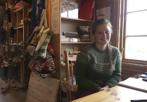 Godt salg: I Laftehytta selges produkter fra 80 forskjellige personer i Beiarn. – På regnværsdager har det gått ut en god del lester og votter, forteller turistvert Sara Carlsen Tverli. Foto: Tore John Andreassen