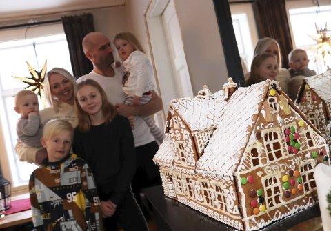 Kakebakere: Trine Sommerseth og Robert Nilsen har laget et pepperkakehus som er likt deres eget i Lagmannsgata 16 i Mosjøen. Barna er Theo Sommerseth Dyrhaug (7) og Amalie Sommerseth Dyrhaug (11), og barnebarna Noel Elias Nilsen (9 måneder) og Jenny Sofie Nilsen (3). Foto: Stine Skipnes