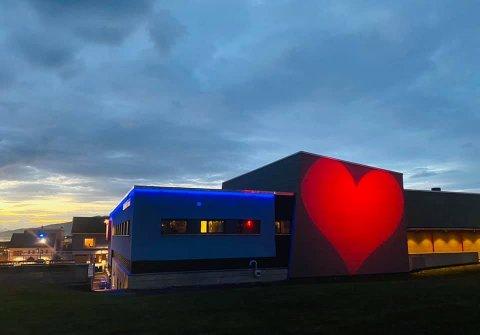 Det store røde hjertet på veggen til Nordland Teater er ekstra tidlig ute i år.