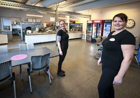 Samstemte: Christin Fagerli (t.v.) og Brynhild Einvik er veldig samstemte i alt de gjør  i Aga's kantine og catering. Bedriften som har hovedkantina midt i industriparken serverer både frokost, lunsj og middag til arbeidere fra en rekke ulike bedrifter i industriparken.