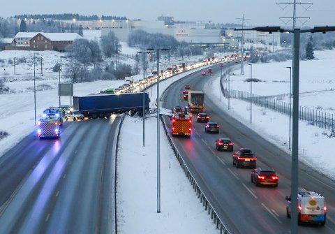 Vestby 20191203.  Glatte veier ved Vestby tirsdag morgen. En trailer fikk sladd på E6, og gikk rundt. Foto: NYHETSTIPS.NO / NTB scanpix