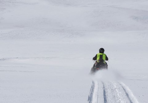 Man har ikke lov til å ta seg over grensen med snøscooter, så lenge myndighetene har bestemt at det skal være grensekontroll. Foreløpig gjelder dette til 5.mai.