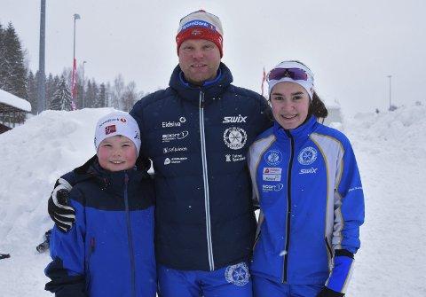 Fortsatt en del av skimiljøet: Modølen Thomas Nomerstad sammen med barna Eline Dyrseth Hammari og Ådne Nomerstad. Her avbildet under Madshus-sprinten på Biri lørdag.