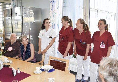 GOD STEMNING: – Når man har vært pasient så lenge, så er det godt å kunne prate litt tull, sier operasjef Karin Bekken (nr. 2 fra venstre). Da RB stikker innom KMS-senteret på Tømmerli, er det god stemning mellom pasienter og ansatte rundt lunsjbordet. Fra venstre: Jan Olav Sundmyr, Karin Bekken, Hanna Grøndahl, Ingvild Korsveien, Merethe Heggelund Danielsberg, Aina Korup og Marte Hegge (delvis skjult).Alle foto: Thomas Strandby