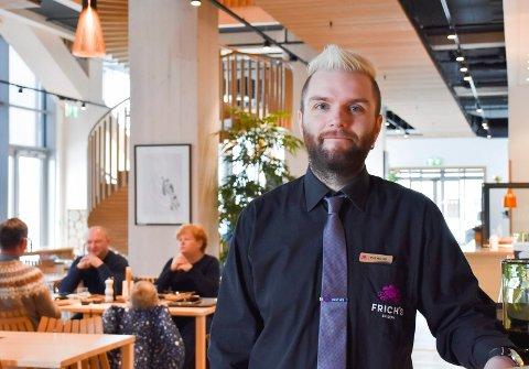 STORTRIVES: Raymond Aaserud stortrives som respsjonist på Wood Hotel i Mjøstårnet.