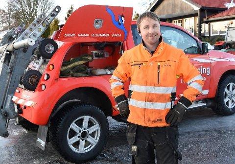 TRAVLE DAGER: Leif André Larsen i Bilberging Innlandet kan melde om en meget hektisk fellesferie for bilbergerne. Dårlige og slitte dekk er en gjenganger i sommertrafikken og ofte grunnen til at folk punkterer.