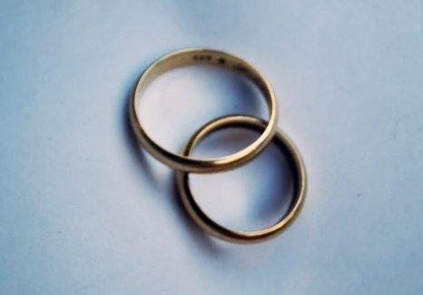 TIL RETTE: Gifteringen som Siljes bestefar mistet har kommet til rette. Her sammen med ringen som tilhørte Siljes bestemor. Familien opplyser at bestefaren er blitt redd for å bruke ringen etter den forsvant på sykehus.