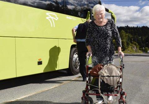 Aud Stevy går av Oslobussen på Sollihøgda for å ta drosje tilbake til Utvika. – Veldig tungvint, synes hun.