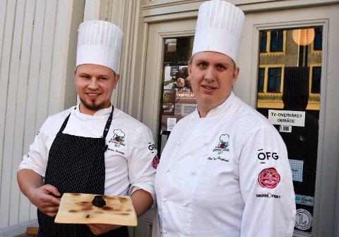 Klare for treøffelaften: Kjøkkensjefene Dainis Sudniks og Odd Ivar Haglund på Brasserie Fengselet med en svart sommertrøffel