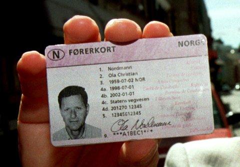 Vegdirektoratet presenterte i dag det nye førerkortet som vil bli utstedet etter 1. januar 1998. Det nye førerkortet har samme format som vanlige plast/bankkort.  Scan-Foto: Cornelius Poppe