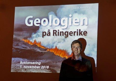 UTE I BOKHANDELEN: Gijs Henstra presenterte sin nye bok «Geologien på Ringerike». I likhet med sjøskorpionen Mixopterus kiaeri, har han nå slått seg ned her.