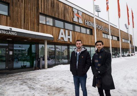 HIT MEN IKKE LENGER: Høyskolestudentene får ikke lenger lov til å spille futsal inne i Hønefoss arena. Det forstår idrettsleder for studentene Flamur Haziraj og økonomiansvarlig Ammar Alkfaf lite av.
