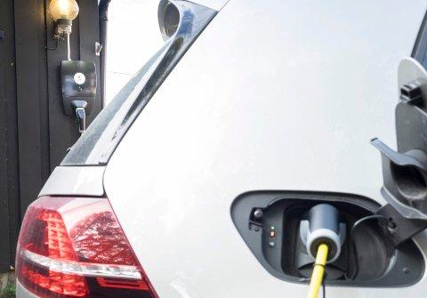 LAV RISIKO: Brannvesenet avviser at elbiler tar oftere fyr enn bensin- og dieselbiler.