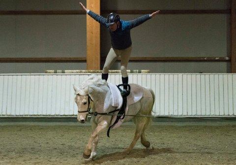 VOKSEN RYTTER: Styrkår Dramstad (58) på hesten Mike viser at du ikke må være i 20-årene eller yngre for å drive med voltige.