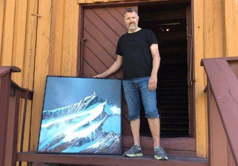 FJELLMALER: Olav Harald Ulstein ankom Galleri Klevjer onsdag denne uken med malerier til utstillingen som åpner 1. august.